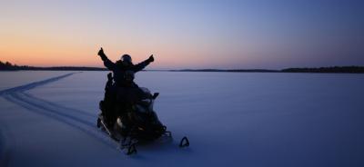 El lago Inari trineo de perros, motos y raquetas